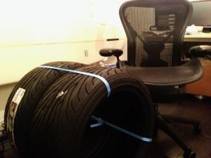アーロンチェアLサイズと255/50/17のタイヤ