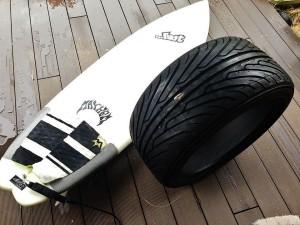 サーフボード5'10と255/50/17のタイヤ