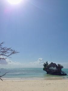 ザンジバル島に浮かぶ岩がレストラン