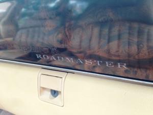 ウッドパネルに輝くロードマスターのロゴ