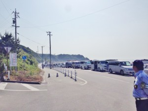 サーフィンの大会会場にずらりと並ぶハイエースを中心としたワンボックスカー