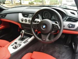 BMW Z4 Mスポーツのレザー電動スポーツシート、しかしハッピーカーズの黒赤の組み合わせの車の買取率も異常に高いです。湘南の地域性でしょうか。