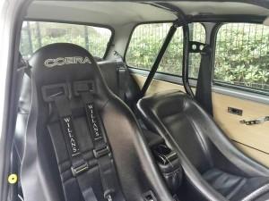 ドライバーズシートのコブラセミバケットシート に助手席にはコルビューローバケットシート。もちろんシートベルトは4点式そこは伝統のWillansを奢っています