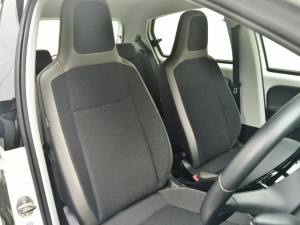 VW UP!のシートはヘッドレスト一体型