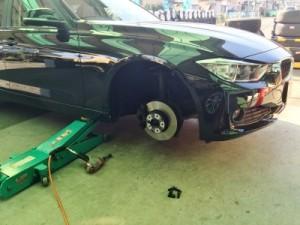 BMW320dを冬用スタッドレスにアルミごと交換