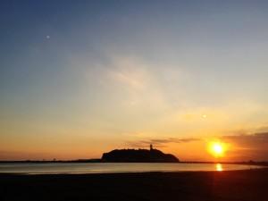 江ノ島の夕日とともに買取車カローラフィールダーのお引き取り