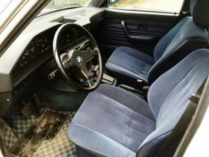 外車といえば革シートが査定アップポイントですが、旧車の場合はファブリックにこそ価値があるんです