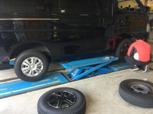 高額買取り車キャラバンNV350のタイヤ交換作業