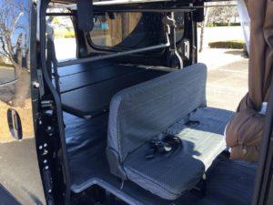 キャラバンNV350のセカンドシートもシートカバーで快適