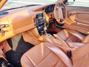 996型のポルシェ911のシンプルな内装