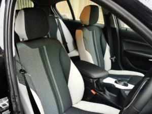 BMW118iスタイルのシートはツートンカラーでお洒落です