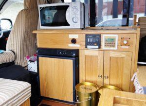 電子レンジもある!電磁調理器付き独立キッチンがあるハイエースの暮らし