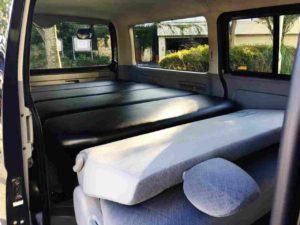 ハイエースバンなら車中泊も余裕でOKのベットキット完備でフルフラットに