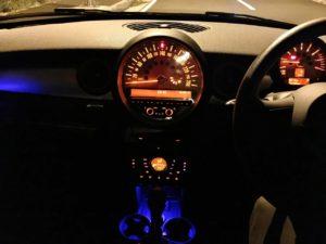 BMW MINIのインパネ照明って雰囲気ありますよね