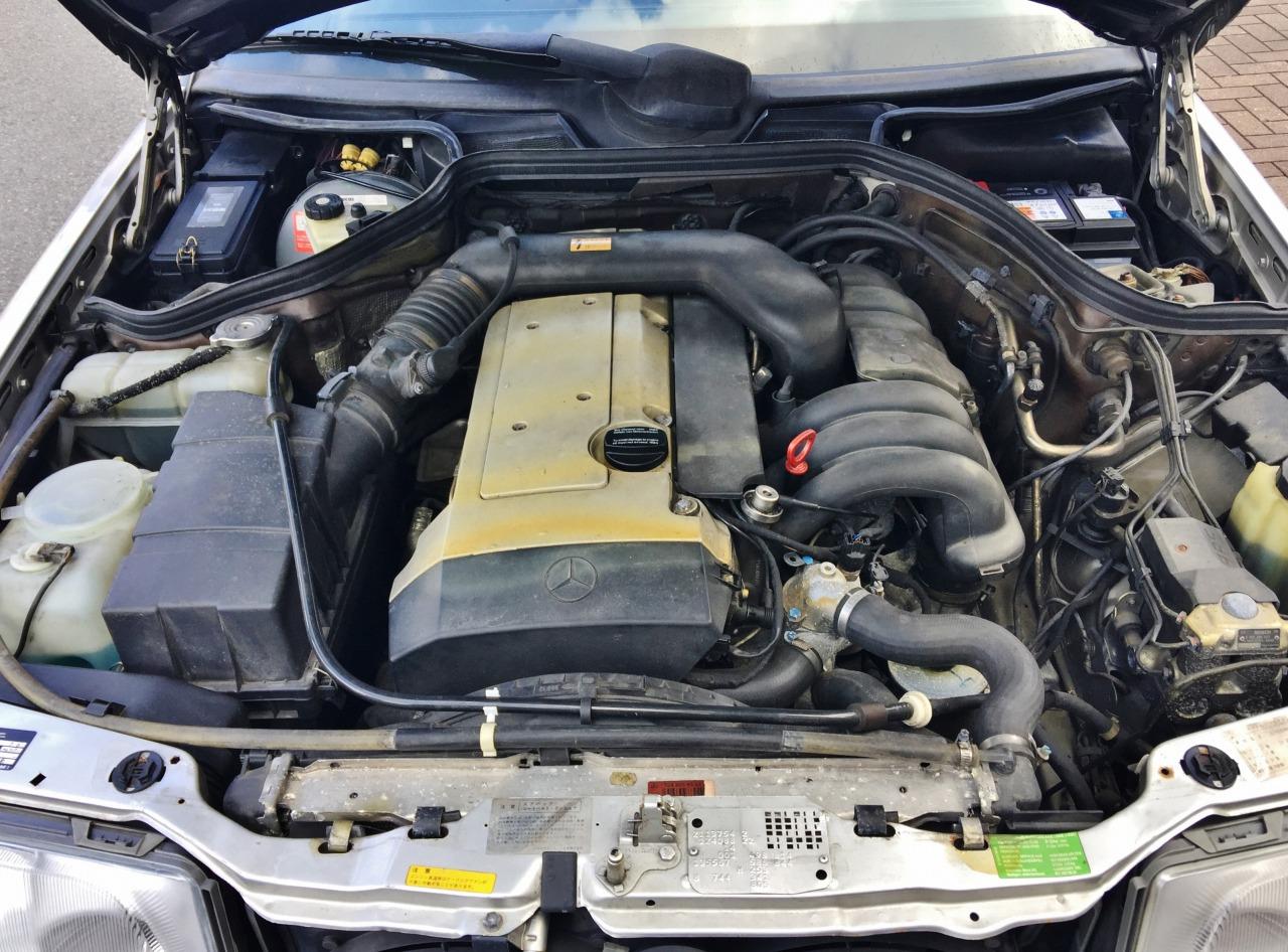機関良好のベンツE280のエンジンルーム