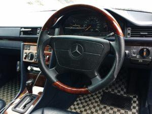W124のどっしりとしたウッドハンドル素敵です